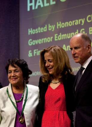 Inductee Dolores Huerta with First Lady Anne Brown and Gov. Edmund G. Brown, Jr. at the 7th Annual California Hall of Fame. Photo by Robert Durell. © The California Museum.