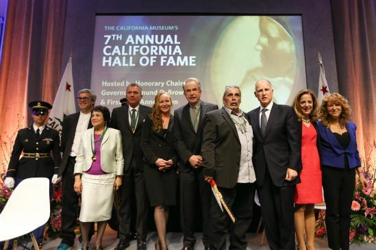 Governor Brown and First Lady Anne Gust Brown pose with the 2013 California Hall of Fame Inductees. From left to right: Eames Demetrios (representing Ray and Charles Eames), Dolores Huerta, Joe Montana, Nora Bateson (representing Gregory Bateson), Warren Beatty, James Hayward Sr. (representing Ishi), Governor Edmund G. Brown Jr., First Lady Anne Gust Brown and Cass Warner (representing the Warner Brothers).
